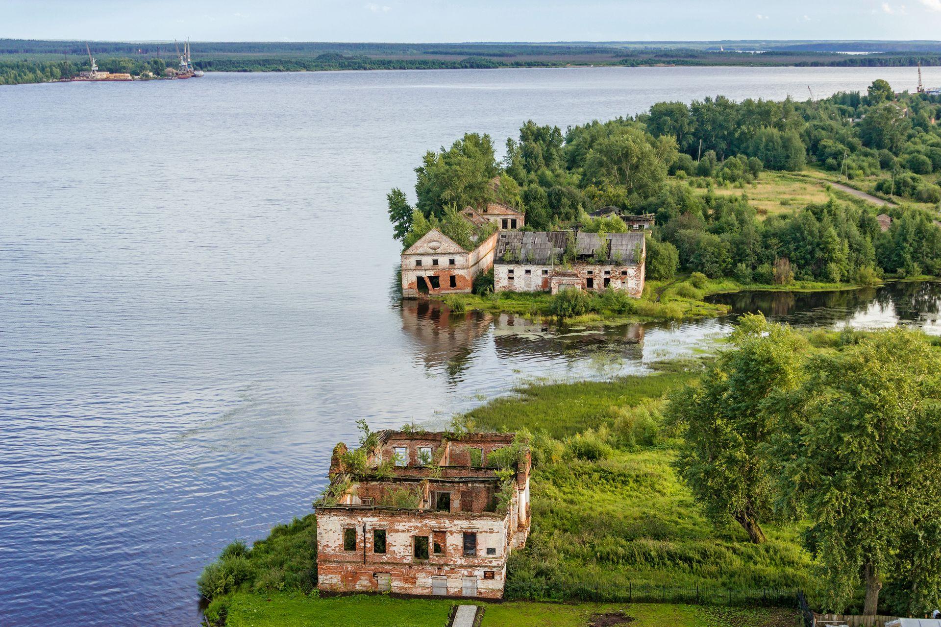 Заброшенные постройки Усолья (Пермский край): материальный магазин, припасной амбар и дом Абамелек-Лазарева